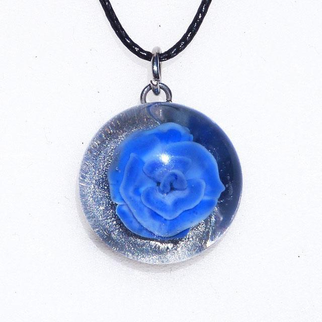 Collier cabochon rose bleu en verre file