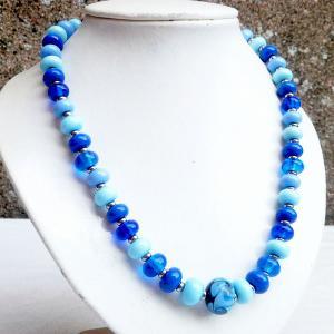 Collier de createur perles de verre bleu ciel bleu lapi pervenche bleu moyen collection fleur en spirale vendu en ligne sur notre site 1