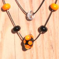 Collier double rang perle orange et noir virus 3