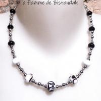 Collier noir et blanc en perles de verre file et perles acier argentees