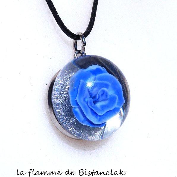 Collier pendentif artisanal rose bleu en verre file au chalumeau