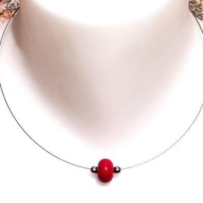 Collier simple une perle de verre ronde colorée