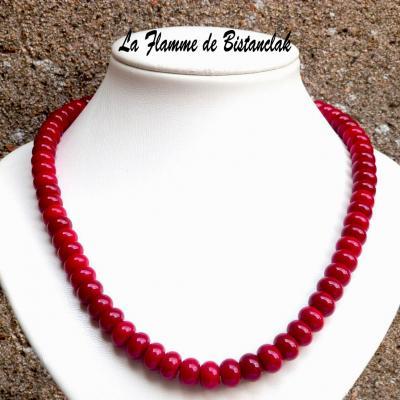Collier de perles de verre rouge opaque