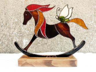 une decoration cheval a bascule et papillon en vitrail