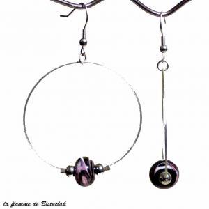 Creoles et perles de verre noir veinees rose et blanc bijou artisanal