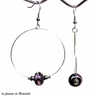 boucles d'oreilles créoles et perles de verre noir chamarré rose et blanc