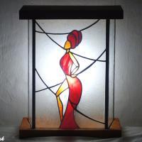 Deco vitrail lumineuse a poser decoree d une femme en rouge