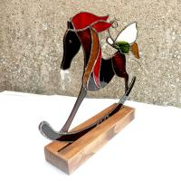 Detail cheval a bascule vitrail