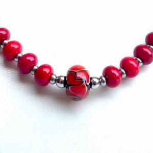 Detail de la perle centrale de la collection fleur en spirale rouge et noir du collier de perles de verre vendu en ligne sur notre site