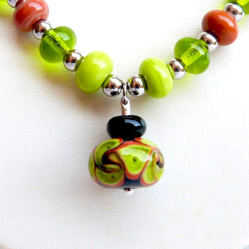 Detail de la perle de verre centrale collection fleur en spirale vert noir et cuivre