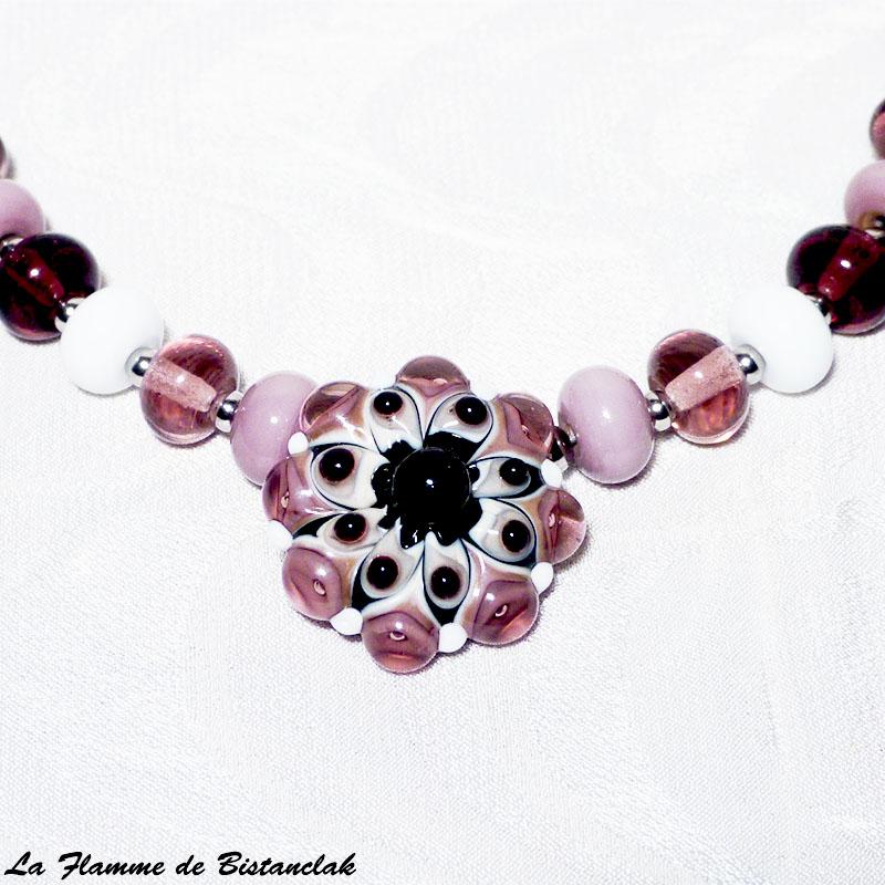 Detail du pendentif fleur en verre filé