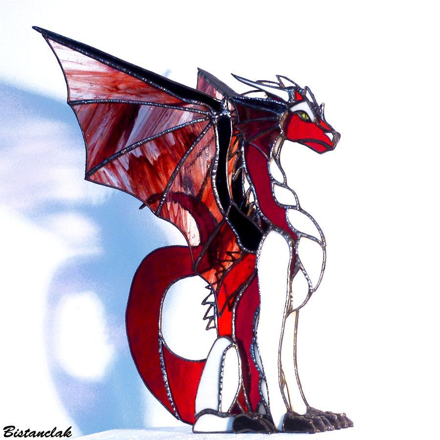 Dragon rouge et ivoire en position assise et aux ailes deployees une decoration vitrail artisanale
