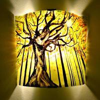 applique artisanale jaune et verte au motif d'un arbre en forêt