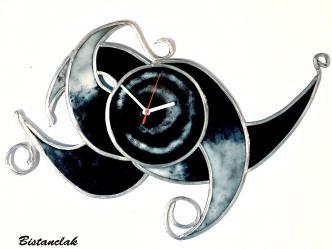 Horloge arabesque noire et blanche artisanale
