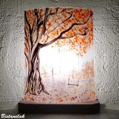 Lampe rouge et mauve motif balançoire sous un arbre