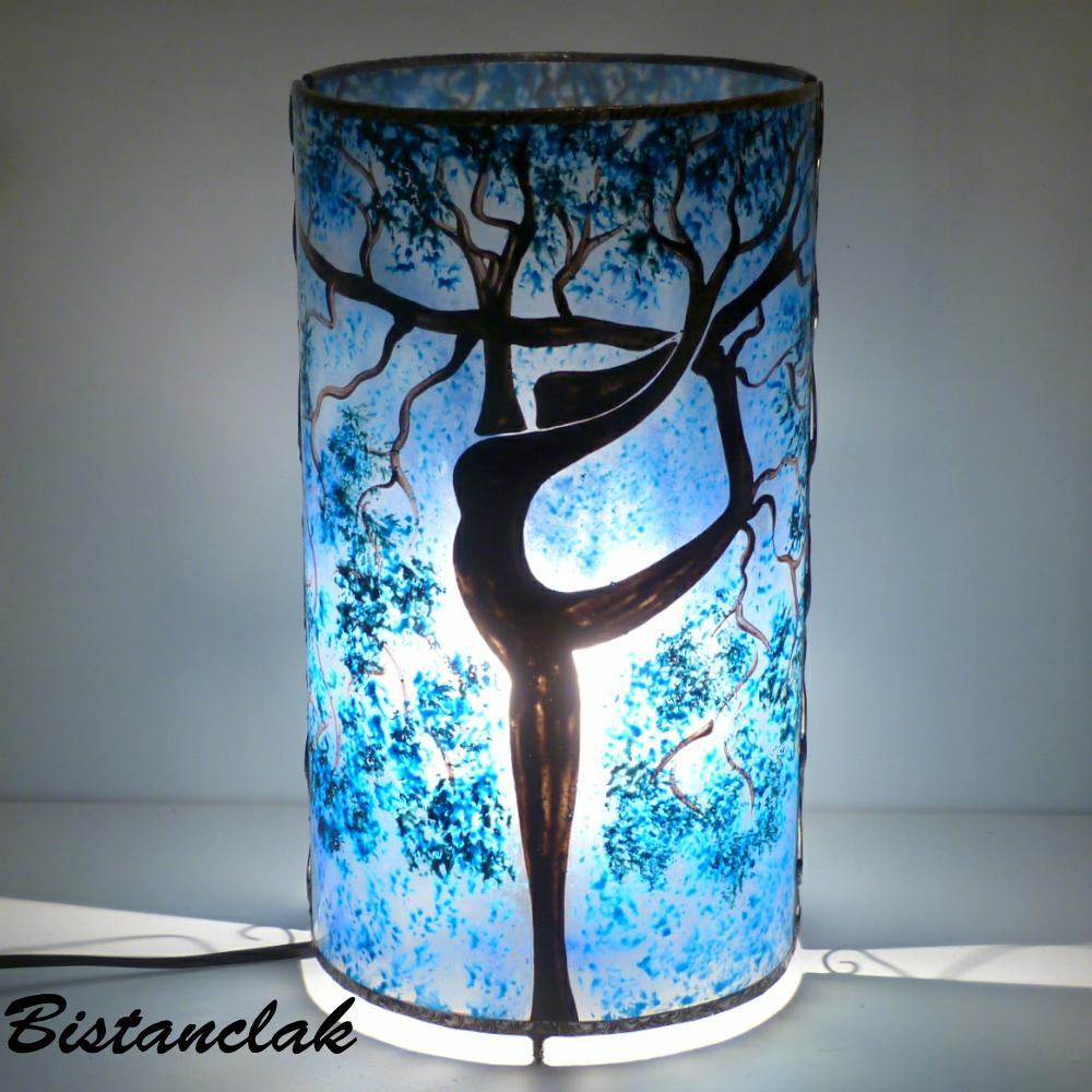 Lampe artisanale cylindrique bleu motif arbre danseuse