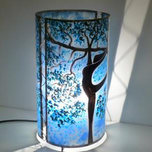 Lampe a poser artisanale cylindrique bleu motif arbre danseuse 2