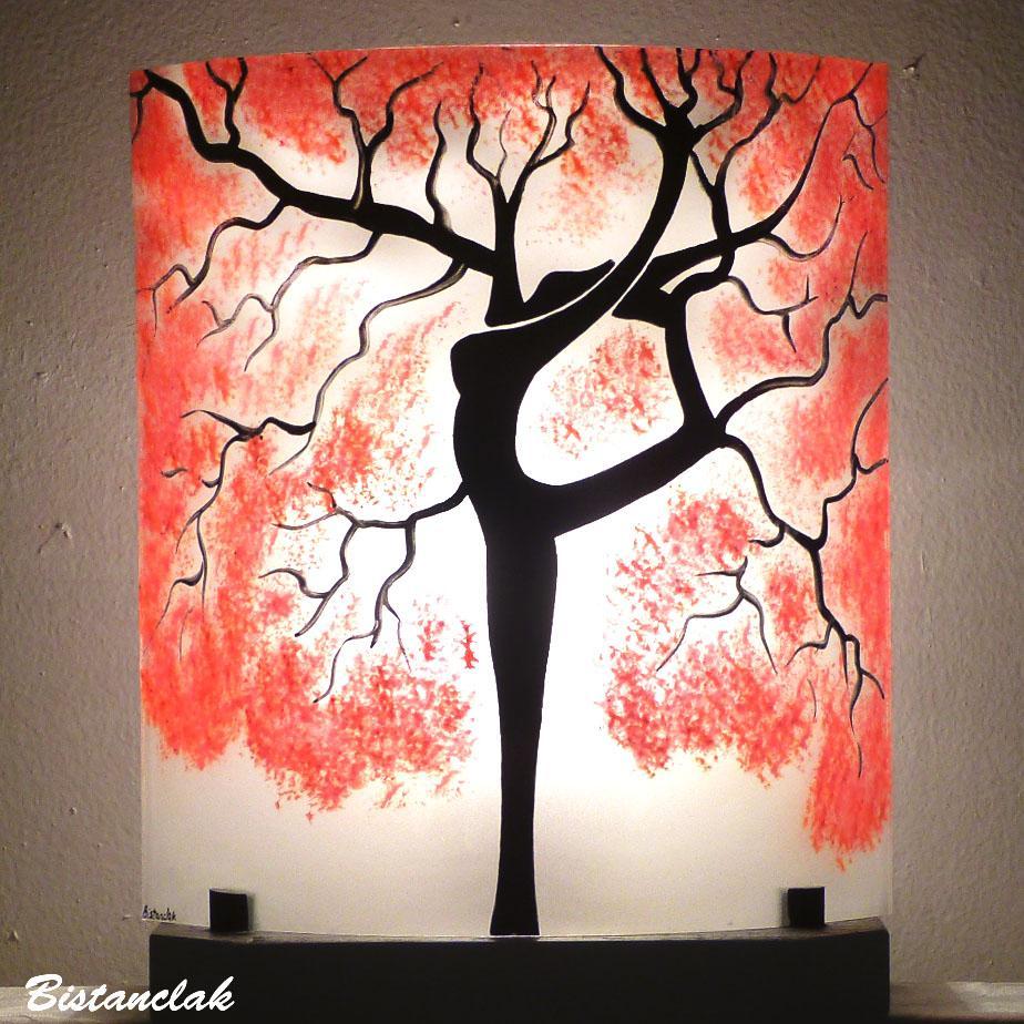 Lampe a poser artisanale rouge et blanche motif arbre danseuse