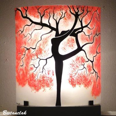 Lampe rouge et blanche motif arbre danseuse