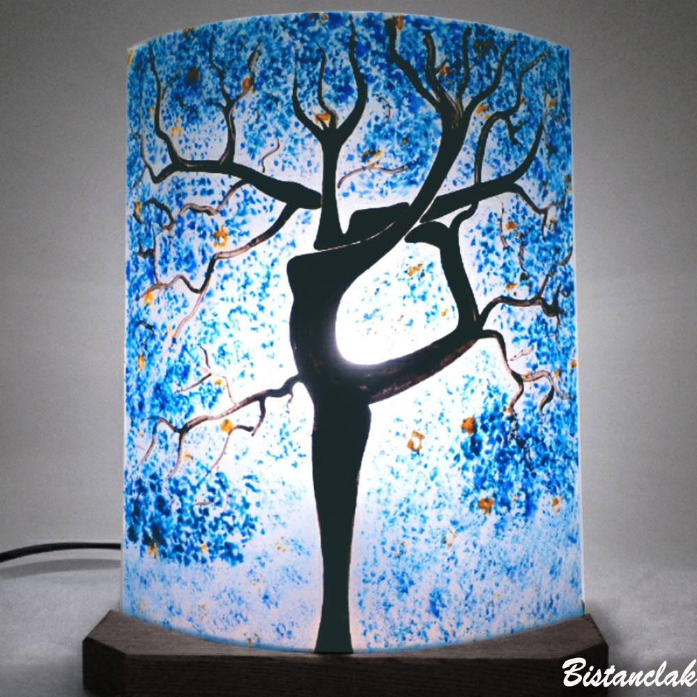 Lampe décorative a poser bleu motif l'arbre danseuse vendue en ligne sur notre site; création artisanale par Bistanclak