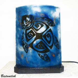 Lampe a poser bleu motif tortue maori creation artisanale