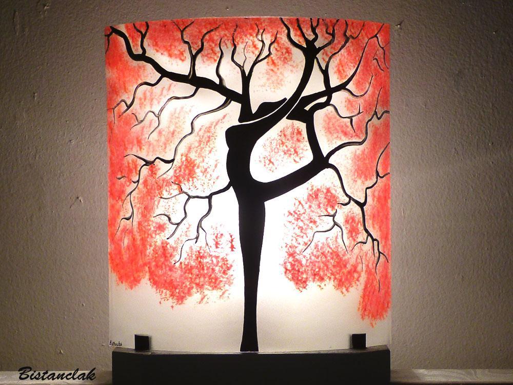 Lampe a poser decorative rouge et blanche motif arbre danseuse