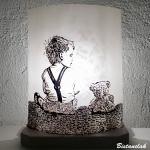 Lampe à poser artisanale monochrome motif garcon et ourson en peluche