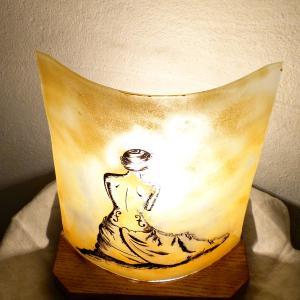 Lampe a poser jaune la femme violon 1