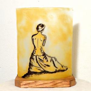 Lampe artisanale jaune au dessin inspiré du violon d'ingres de man ray