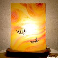 Lampe d'ambiance jaune, orange, rouge motif barques entre ciel et mer; création artisanale par Bistanclak