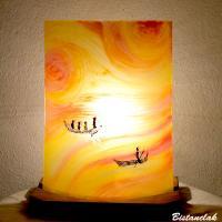 Lampe d'ambiance en verre jaune, orange, rouge motif barques entre ciel et mer