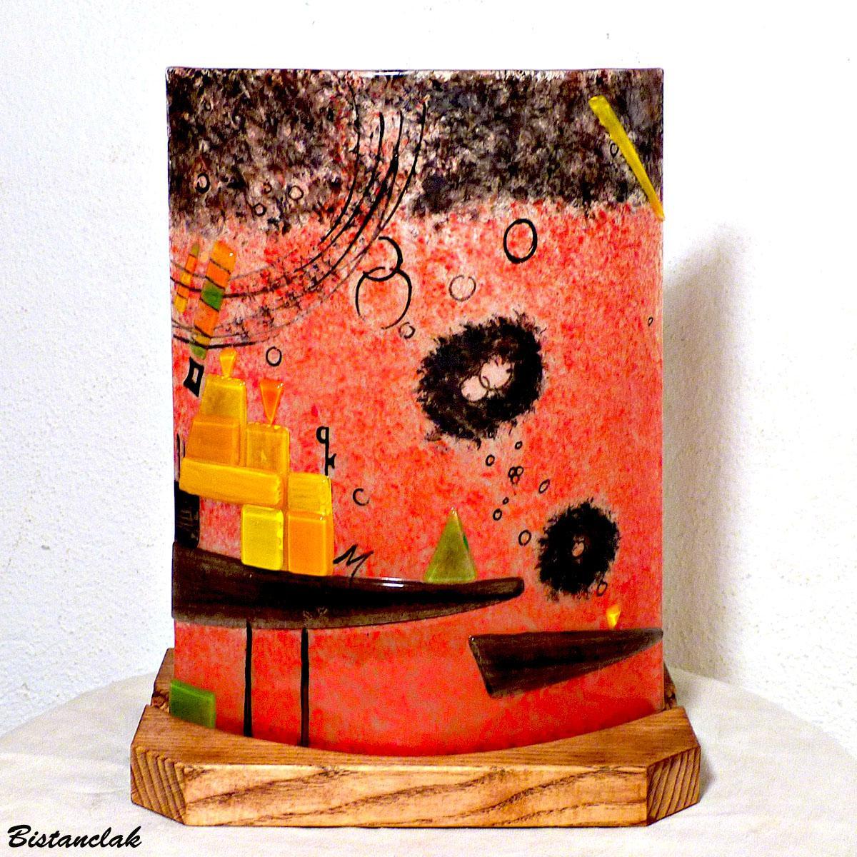 Lampe a poser rouge et multicolore au graphisme geometrique vendue en ligne