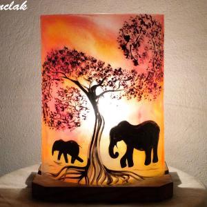 Lampe d'ambiance rouge orange motif la marche des éléphants; création artisanale française par Bistanclak
