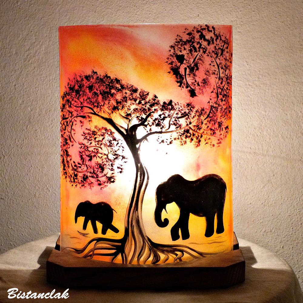 Lampe décorative jaune orangé motif la marche des éléphants