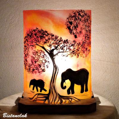 Lampe d'ambiance en verre rouge orangé motif la marche des éléphants