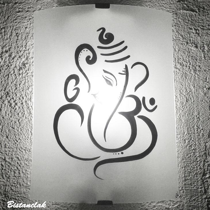 applique en verre blanche au motif de ganesh