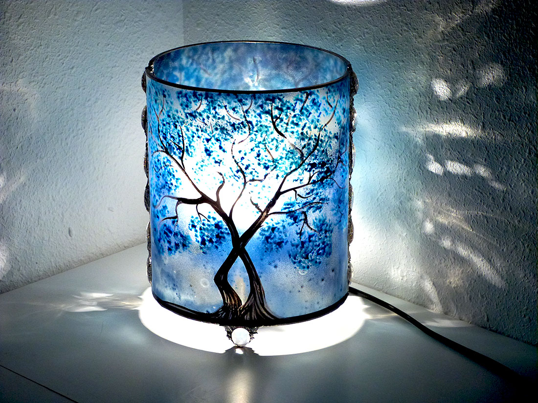 lampe artisanale bleu en verre motif arbre. Black Bedroom Furniture Sets. Home Design Ideas