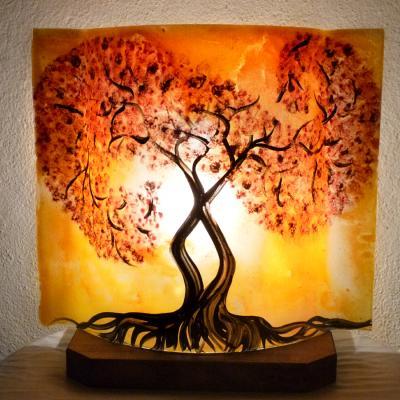 Lampe jaune orangé Un arbre tortueux au feuillage rouge