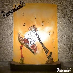 Lampe artisanae fantaisie aux couleurs personnalisables au dessin d un lutin joueur de didjeridoo