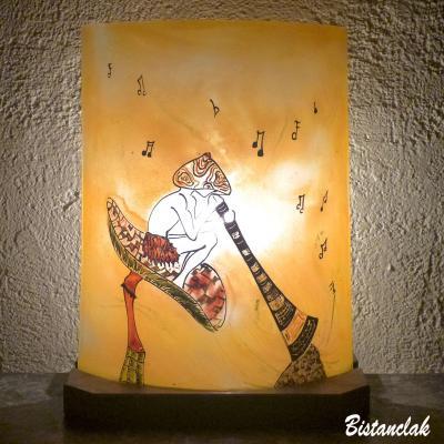 Lampe orange au dessin d'un lutin musicien