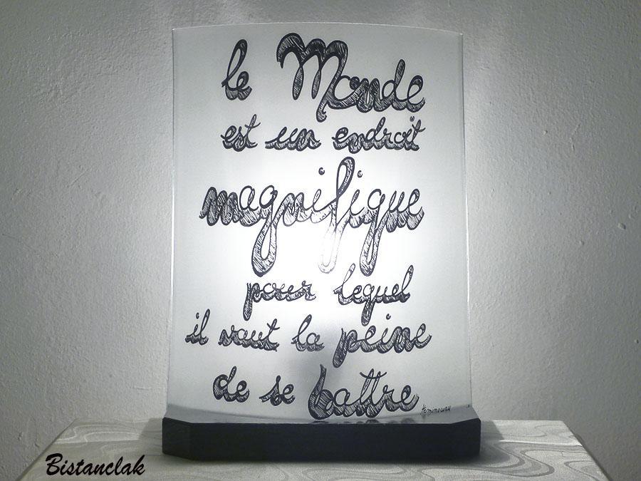 Lampe artisanale blanche decoree d un texte d hemingway