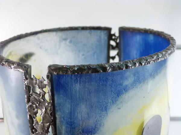 Lampe artisanale cylindrique bleu au dessin d enfants funambules details 1