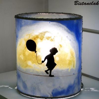 Lampe cylindrique bleu motif la petite fille et la lune