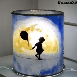 Lampe artisanale cylindrique bleu peinte à la main avec la technique de la peinture sur verre au dessin d une fillette funambule sous une lune jaune