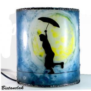 Lampe artisanale cylindrique bleu et jaune au dessin d un garcon en equilibre devant une imposante lune 1