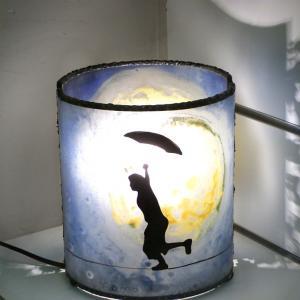Lampe artisanale cylindrique bleu et jaune au dessin d un garcon en equilibre devant une imposante lune 2