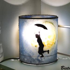 Lampe artisanale cylindrique bleu et jaune au dessin d un garcon en equilibre devant une imposante lune 3