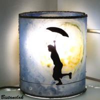 Lampe artisanale cylindrique bleu et jaune au dessin d un garcon en equilibre devant une imposante lune 4