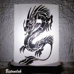 Lampe artisanale decorative blanche et noire au dessin d un dragon vendue en ligne sur notre site