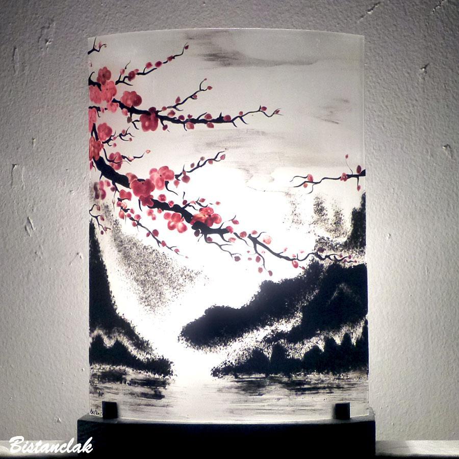 Lampe artisanale motif paysage japonisant fleur de cerisier par bistanclak